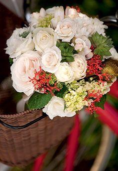 Neste arranjo, os ramos vermelhos da jatrofa se destacam em meio a rosas, hortênsias, angélicas, urucuns e suculentas | Wedding party | Casamento