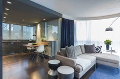 Apartamento masculino de 65 m² com marcenaria inteligente