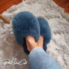 GRATIS LEVERING WERELDWIJD!!!!!! . Als u uw maat niet vindt, u ons de maat sturen die u wilt dat wij maken en wij kunnen het u maken, aarzel dan niet om ons een bericht te sturen, wij helpen u graag Onze alpaca slippers zijn indoor slippers of zoals sommigen ze graag noemen: huisschoenen. Deze White Slippers, Soft Slippers, Alpaca Slippers, Beautiful Wife, Soft Leather, Faux Fur, Unisex, Trending Outfits, Etsy