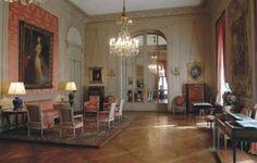 Salón de Madame Luis XVI. Donde se puede estudiar la profusa variedad de confortables sillones Luis XVI, mesas y secrétaires (mesa más cajones ocultos) Luis XVI, canapé Luis XVI, cómodas y escritorio cilindro Luis XVI.