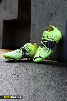 Estas botas de fútbol Puma Future Z forman parte de la colección Game On Pack, que ha lanzado Puma para este inicio de 2021. Presentan un diseño en color amarillo flúor con detalles en color negro. Ya disponibles en futbolmania.com #puma #fumafootball #soccer #futbolmania #barcelona #spain #shop Football Soccer, Barcelona, Sneakers, Football Boots, Yellow, Black, Slippers, Tennis, Barcelona Spain