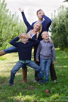 unintentionally 5 tips for DIY family photos including what to wear, camera settings, pose ideas, location ideas, etc. Family Portrait Poses, Family Picture Poses, Family Photo Sessions, Family Posing, Portrait Ideas, Christmas Pictures Outfits, Family Christmas Pictures, Fall Family Photos, Family Pictures