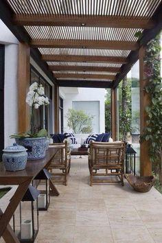 terrasse-fermee-ameublée-dans-un-style-asiatique-avec-des-vases-chinois