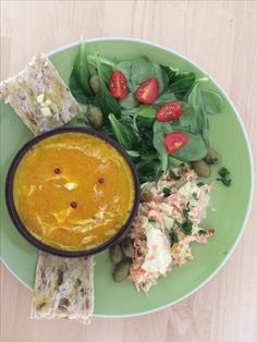 Soupe de potimarron accompagnée d une salade coleslaw bio et mâche + pain à l ail