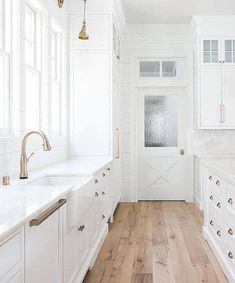 23 White Kitchens Without Wood Floors - Down Leah's Lane - - Not every white kitchen must have wood flooring! Here are 23 white kitchen designs without wood floors to inspire your new home or remodel project! Wood Floor Kitchen, White Kitchen Cabinets, Kitchen Flooring, Kitchen White, Kitchen Pantry, Kitchen Backsplash, Country Kitchen, Soapstone Kitchen, White Cupboards