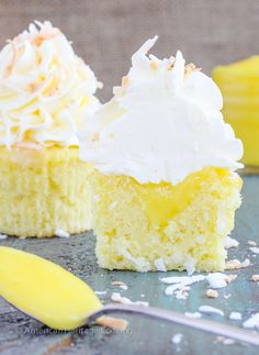 These Lemon Coconut Cupcakes have a moist coconut cake a sweet tart lemon curd filling and are topped with a lemon Italian meringue buttercream! Lemon coconut Spring cupcakes Look me straight Kokos Cupcakes, Coconut Cupcakes, Lemon Cupcakes, Spring Cupcakes, Cheesecake Cupcakes, Mini Cupcakes, Chocolate Chip Cookies, Nutella Chocolate, Raisin Cookies