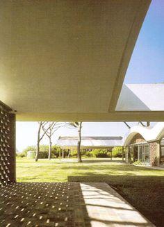 The La Ricarda – Gomis House by architect Antonio Bonet Castellana was built in El Prat de Llobregat, Barcelona, Catalunya, Spain in It was then remodeled in Arch Architecture, Amazing Architecture, Technical Architect, Bauhaus Art, Casa Patio, Le Corbusier, Prefab, Mid Century Design, Facade