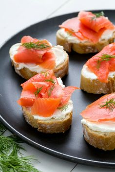 aperitivos-sabrosos-y-faciles-de-hacer-para-picoteo-tostadas-con-salmon-ahumado-crema-de-queso-y-enaldo Tapas Recipes, Appetizer Recipes, Tapas Ideas, Finger Food Appetizers, Finger Foods, Pan Fried Salmon, Tapas Party, Canapes, Food Presentation