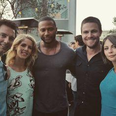 The cast of Arrow David Ramsey, Willa Holland, Emily Bett Rickards, San Diego Comic Con, Arrow Comic, Oliver Queen Arrow, The Cw Tv Shows, Arrow Cast, Stephen Amell Arrow