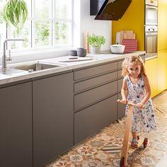 Bijzonder in deze moderne gele keuken zijn de lade-indelingen van Schüller. Door een optimale verdeling creëer je ruimte!  #schüllerküchen #havannabruin #fluweelmat #keukenfront #keukenfronten #kleuren #kleurrijkwonen #geelwonen #geel #keuken #keukens #tielemankeukens #keukenstijl #keukentrend #keukentrends #keukeninspiratie Kitchen Cabinets, Modern, Home Decor, Kitchen Cupboards, Homemade Home Decor, Decoration Home, Kitchen Shelves, Interior Decorating