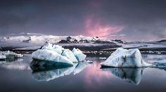 Photographie du week-end Très belle photographie prise par Andreas Wonisch à Jökulsárlón, en Islande, où l'on découvre un magnifique lac glaciaire lors d'un lever du soleil.