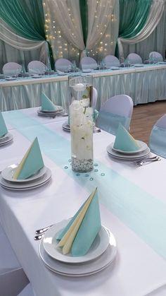 """Az asztalon is a diszkrét menta az """"uralkodó"""" szín. Az asztali futó és a szalvéta egységes látványt teremt az asztali dekorációban."""