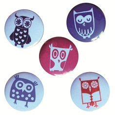 Simpatico set di 5 calamite con immagini di diversi gufetti colorati. Bello per decorare il frigo o il memo board.