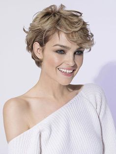 Coiffure de fête pour cheveux courts Party hairstyle for short hair Curly Pixie Hairstyles, Haircuts For Wavy Hair, Great Haircuts, Hairstyles For Round Faces, Pixie Haircut, Short Wavy Hairstyles For Women, Short Straight Hair, Short Curly Hair, Short Hair Cuts