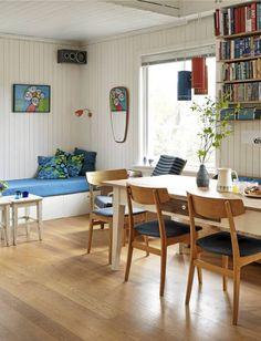 Stolene rundt spisebordet er i retro-stil, kjøpt på Fretex. Innerst i hjørnet en hjemmelaget brisk, med hjemmesydde puter. Tags/164/