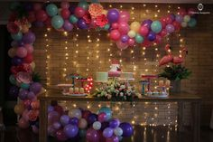 Decoração de Festa Aniversário Flamingo com cordão de balões e cortina de luz por Patricia Junqueira