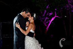 Alejandra con una peineta de perlas y cristales.    Alejandra with a pearls and crystals haircomb.     #flower #flor #tocado #novia #bride #bridal #boda #headpiece #wedding #beatuy #hair #gertrudisabdala    Foto: Rollo Digital