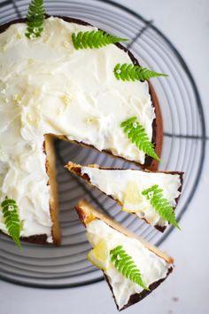 Holler die Holunderblütensirup-Zitronenkuchen Fee! Rezept für eine saftige Sommerkuchenromanze