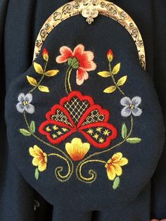 FINN – Gudbrandsdalen Festdrakt (Bunad) med skjorte og kofte Folk Fashion, Aprons, Portuguese, Norway, Needlework, Stitching, Floral Design, Weaving, Villa