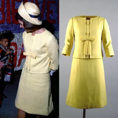 Jackie Kennedy wears a yellow linen suit designed by Oleg Cassini Mexico City, Mexico on June 1962 Jackie Kennedy Wedding, Jackie Kennedy Style, Los Kennedy, Jacqueline Kennedy Onassis, 1960s Fashion, Vintage Fashion, Southampton, Jackie Oh, Jaqueline Kennedy