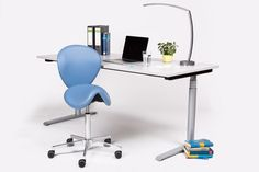 Ein ergonomischer Einzelarbeitsplatz unterstützt kreative und effektive Arbeitsergebnisse. Ein Sattelsitz beispielweise, bewusst dazwischen eingesetzt erhöht Durchblutung und Konzentration. Ein höhenverstellbarer Schreibtisch ermöglicht gesunde Sitz-Steh-Dynamik.