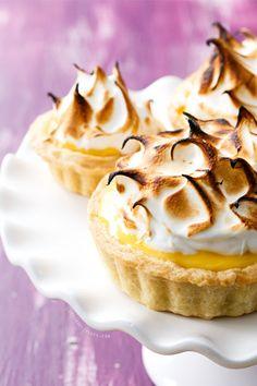 レモンクリームを敷いたタルトにタップリのメレンゲを乗せて。 メレンゲについた焼き色がカワイイケーキです。Vacherins バシュラン