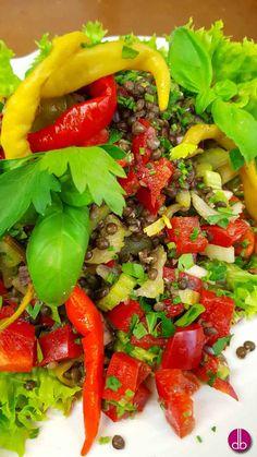Salat aus schwarzen Beluga-Linsen, dazu knackiges Gemüse wie Paprika, Selleriegrün und roten Zwiebeln. Mariniert mit Pepperoncini-Ahornsirup-Dressing.