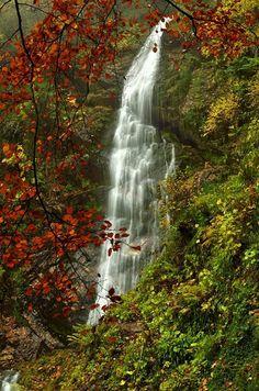 Cascada del Xiblu a la que se llega atravesando el hayedo de Montegrande en Teverga (Asturias)
