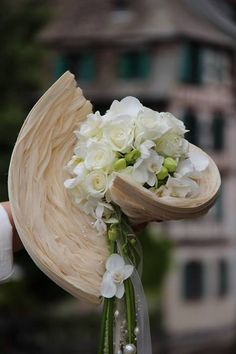 A beautiful bouquet by Marie Francoise Deprez. It's a perfect example of creative design influenced by Fashion. The details are exquisite!! - Facebook /NeoFlora