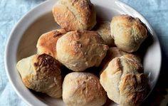 Det tager kun 10 minutter at lave dejen, og så kan du bage friske boller til… Bread And Pastries, Danish Food, Bread Bun, Dinner Is Served, Bread Baking, Diy Food, Food For Thought, Love Food, Baking Recipes
