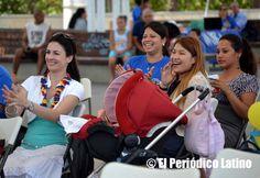 Jóvenes colombianas aplauden a los artistas en tarima tras una de sus presentaciones en la Losa del Barrio Bon Pastor durante la celebración de las Fiestas Patrias de Colombia en Barcelona y organizado por la Asociación Amigos Mira España.
