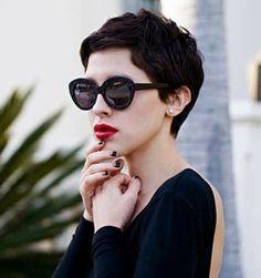 acconciatura-capelli-corti-look-elegante-chic-ciuffo-lato-tinta-nera-grandi-occhiali-sole-neri-rossetto-rosso