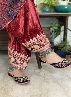 Party Wear Evening Gowns, Party Wear Indian Dresses, Pakistani Fashion Party Wear, Dress Indian Style, Pakistani Outfits, Indian Outfits, Bridal Dresses, Embroidery Suits Punjabi, Kurti Embroidery Design
