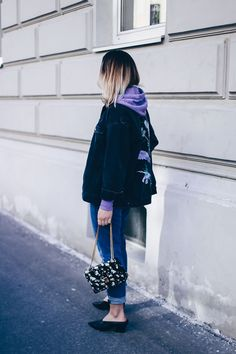 Sweater Weather - So style ich meinen lila Hoodie!  Hoodie Trend 2017, How to wear, lila Hoodie, Modeblog, Mom Jeans, Fashion Blog, Massimo Dutti, H&M, Streetstyle 2017, Outfit Blog, Style Blog, www.whoismocca.com