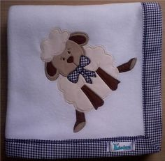 Manta em soft microfibra branco liso, com barrado em tecido 100% algodão e patch apliquée ovelhinha. R$ 39,90