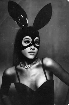 It looks like we will be getting some new music from Ariana Grande very soon!Ariana shared a 20 second teaser video of her new song Dangerous Woman that is Ariana Grande Fotos, Cabello Ariana Grande, Ariana Grande Bunny, Saturday Night Live, Adriana Grande, Ariana Grande Dangerous Woman, Ariana Grande Wallpaper, Scream Queens, Cat Valentine
