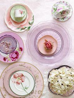 Diferentes platos en tonos rosa