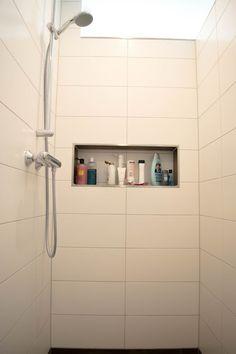 Ablageflächen in Duschmauer und Duschrückwand. Regendusche