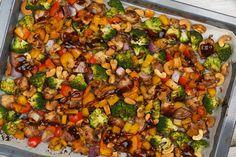 Wow, dit is zooo lekker! Het doet een beetje denken aan de Kung po kai, maar dan uit de oven. En nog makkelijker om te maken. Volop groenten, malse kip en een bite van de cashewnoten. Lekker met wat witte rijst.