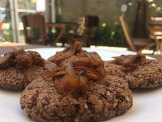 Hambúrguer de feijão preto e cebola caramelizada