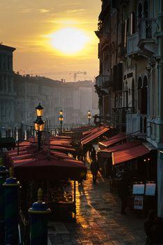 Atardecer en Riva del Vin, junto puente Rialto. Sunset over Riva del Vin, Venice,Italy.
