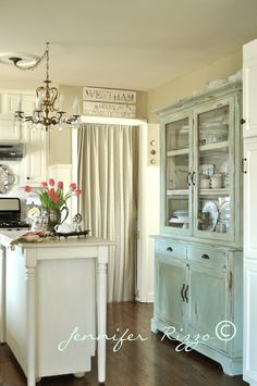 lovely lovely kitchen, great hutch. love that chandy!