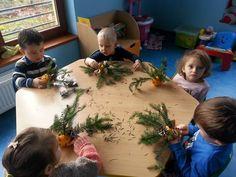 Świąteczne stroiki z pomarańczy i igliwia:) http://www.przedszkoleswiatdziecka.edu.pl/ #przedszkole #bozenarodzenie