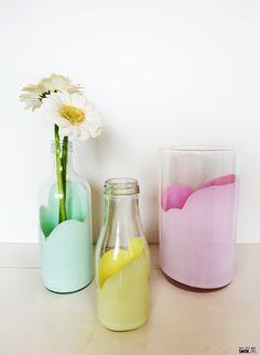DIY: Leuke vazen maken voor je bloemen. Creatief aan de slag met verf om een mooie bloemen vaas te knutselen! Homemade Crafts, Diy Crafts, Sorbet, Vase, Crafty Craft, Creative Decor, Glass Art, Diys, Mason Jars