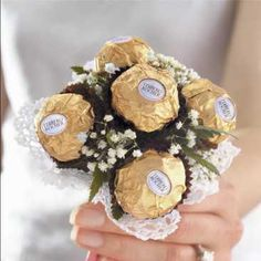 DIY wedding candy bouquet favors how cute! Chocolate Wedding Favors, Chocolate Bouquet, Unique Wedding Favors, Wedding Crafts, Bouquet Cadeau, Candy Bouquet, Bouquet Toss, Gold Wedding, Dream Wedding