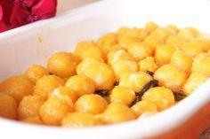 Gnocchi de Abóbora Assada com Laranja e Sálvia Vai precisar de… 1 abóbora japonesa com 160g 1 colher de sopa de farinha de trigo 1 colher de sopa de fécula de batata 1 colher de cafezinho de sal + 1 para a água do cozimento  Para o molho 10 folhas de sálvia frescas 2 colheres de sopa de manteiga 1 colher de cafezinho rasa de sal 1 laranja
