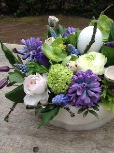 Beautiful spring arrangement I love hyacinth! Vase Arrangements, Floral Centerpieces, Easter Centerpiece, Centerpiece Ideas, Flower Arrangement, Spring Blooms, Spring Flowers, Fresh Flowers, Beautiful Flowers
