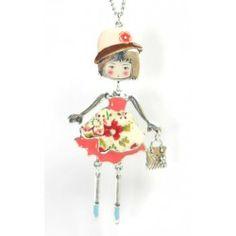 Colgante plateado de muñeca con vestido rosa