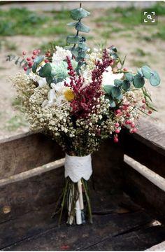 Ramo salvaje de flores silvestres. Tonos verdes y granates.