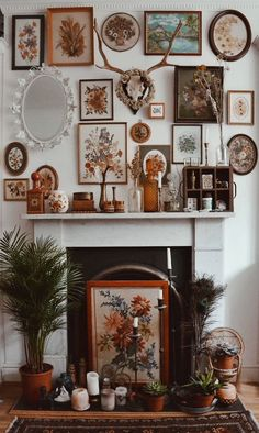 Outstanding Eclectic frames make for a totally beautiful fireplace. Hippy homes make us so happy. The post Eclectic frames make for a totally beautiful fireplace. Hippy homes make us so h… appea . Hippie Home Decor, Retro Home Decor, Home Decor Styles, Hippie Crafts, Eclectic Frames, Eclectic Decor, Eclectic Style, Eclectic Design, Sweet Home
